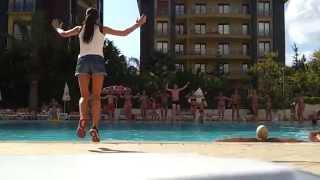 Танец у бассейна отеля