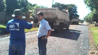 Marquinhos Melo acompanhando obra de asfalto Pq Nova Dourados