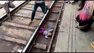 بي_بي_سي_ترندينغ: بالفيديو..طفلة رضيعة تسقط تحت عجلات قطار في الهند