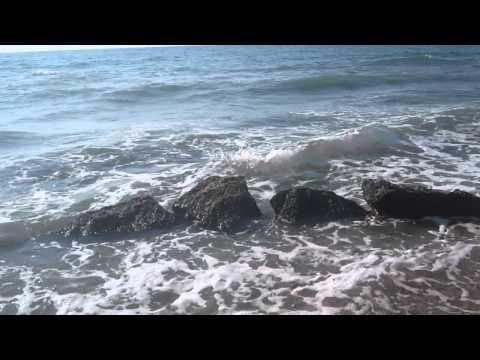 Бурлит осеннее море