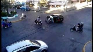 Cámara de seguridad   Choque moto y auto Pellegrini y San Martín
