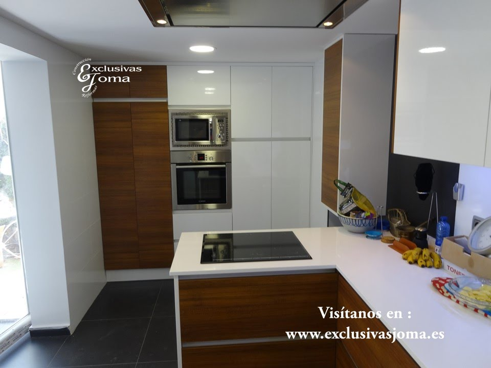 Muebles de cocina antalia combinado blanco brillo con for Cocinas color madera y blanco