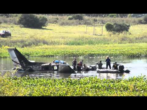 retiran los restos del avion que cayo en la laguna del sauce