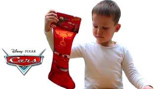 Тачки носок с подарком открываем сюрпризы игрушки Cars chaussette avec un cadeau ouverte jouets(Макс открывает Новогодний подарок - носок для новогодних подарков с изображением Молния Маккуин, распакует..., 2015-01-05T20:55:36.000Z)