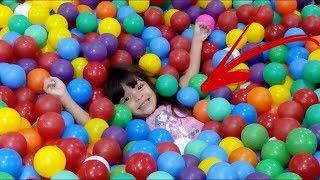 Brincando na piscina de bolinha Gigante !!!