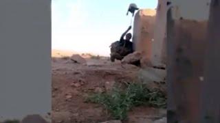 Repeat youtube video Video: soldado iraquí engañó a un francotirador de ISIS con el truco más viejo de la historia