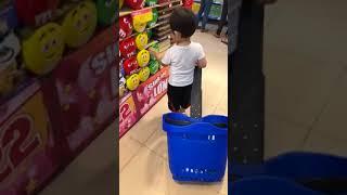 Kubi theo Ba Mẹ đi siêu thị mua đồ ăn