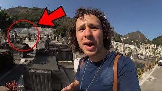 Fantasma Captado en Video de Luisito Comunica en un Cementerio