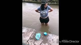 Wow...Cewek Ini Mandi di Sungai Lalu BHnya Dilepas