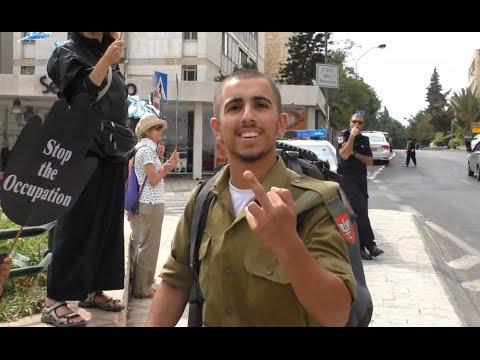 שני חיילים שנתקלו בדרכם בהפגנת