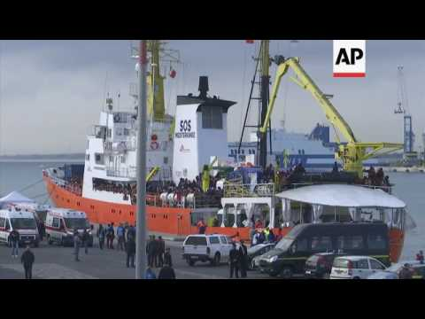 Hundreds of rescued migrants brought to Sicily