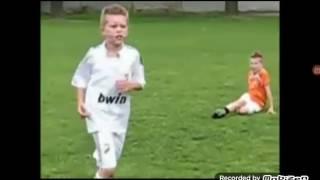 Мальчик играет в футбол как бог!!