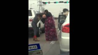 2 women fight at traffic lights, women boxing