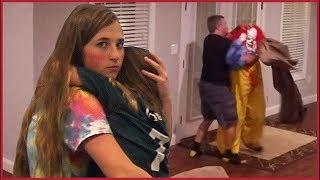 אבא מציל את בתו לאחר שליצן רוצח פורץ אליהם הביתה!! (מצמרר)