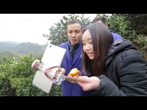 Chinese farmer learns to sell oranges via live streaming