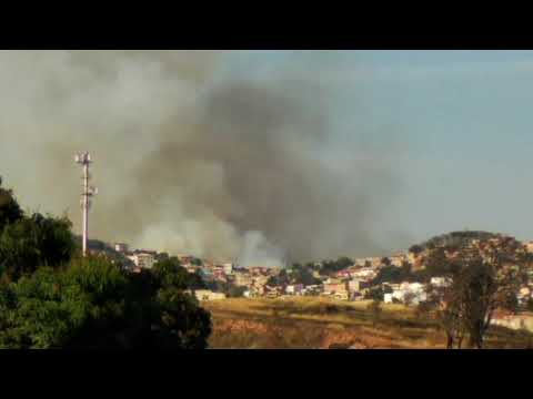 Fumaça de incêndio ocorrido em Venda Nova, no Parque Estadual Serra Verde - 15 de agosto de 2018