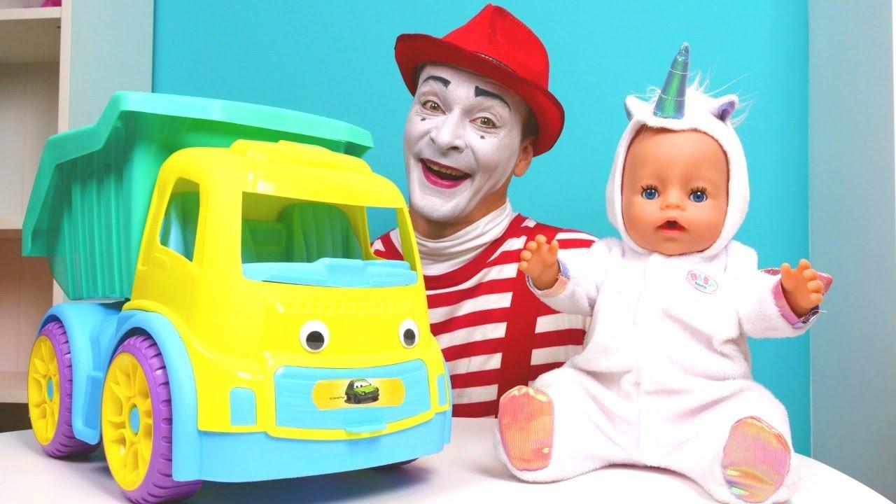 Komik video. Oyuncak bebek Baby Born palyaço ile oyuncak kamyonu canlandırıyorlar