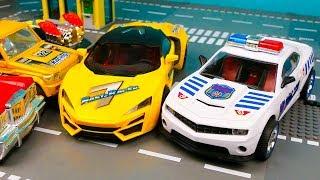 Полицейская машина сделала ловушку для гоночной машины 393 Серия Мир Машинок