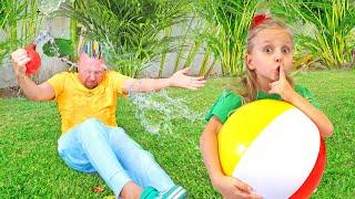 Алиса и Ева играют в активные игры и  мешают папе