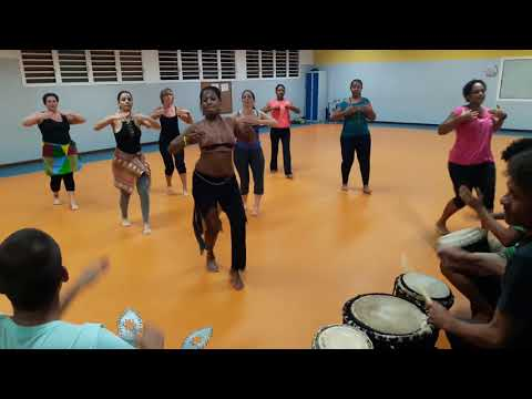 West african dance lesson with Melissa Bataille(RUN), rythm Sunu with traditional intro break.