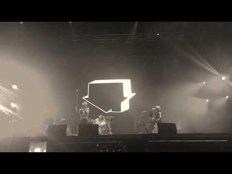 The Neighbourhood - Stuck With Me (Live)