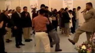 Mujer endemoniada trata de golpear al Evang. Marlon Lopez