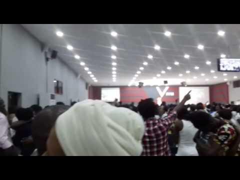 Saudações do ano novo 2017 vigília na igreja em Angola