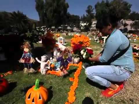Visitan a sus muertos en jardines del recuerdo youtube for Jardines del recuerdo