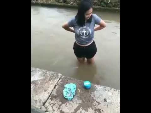 Cewek mandi di sungai & lepas BH