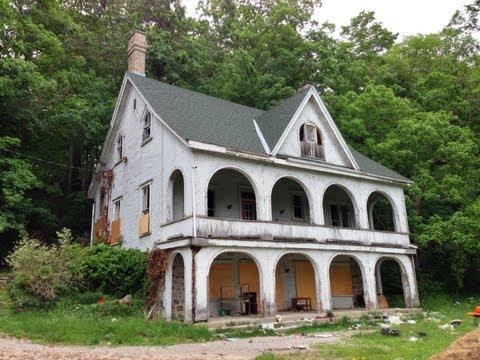 Urban Exploration: Beautifully Eerie Abandoned Estate (The Cedars)
