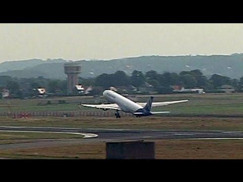 EU Commission suspends airline carbon emissions law