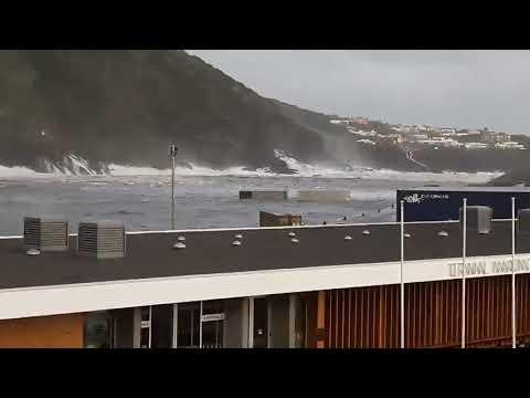 Contentores arrastados para o mar nas Velas de São Jorge