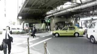 横断歩道を埋め尽くす車