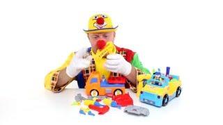 Clown costruisce escavatore, pagliaccio allegro divertente, video per bambini