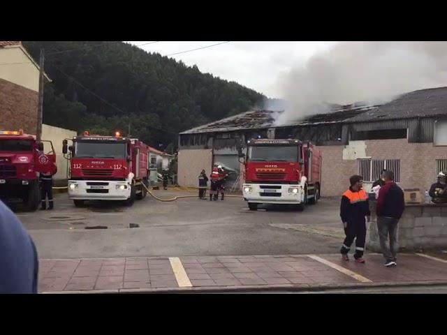 Las llamas devoran un bazar chino en Cartes