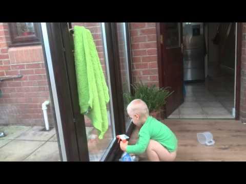 Kuba myje okna