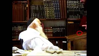 הרב חיים קנייבסקי ברגע נדיר של שמירה על כבודם של ספרי קודש Harav Chaim Kanievsky in a rare moment