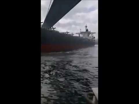 Un carguero choca contra una casa en el Bósforo