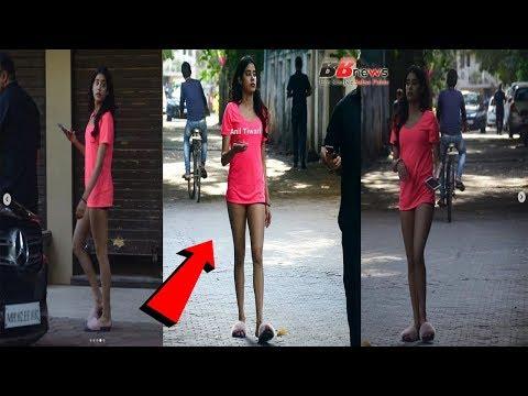 ऐसे कपड़ो में बिच सरक पर दिखी Jhanvi Kapoor...
