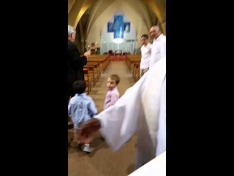 Entrée dans l'eglise pour le baptême de Robin