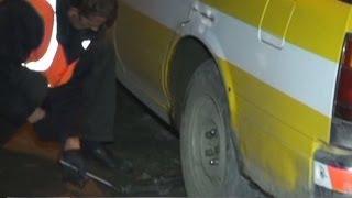 Машина провалилась в яму на дороге. Новости. GuberniaTV