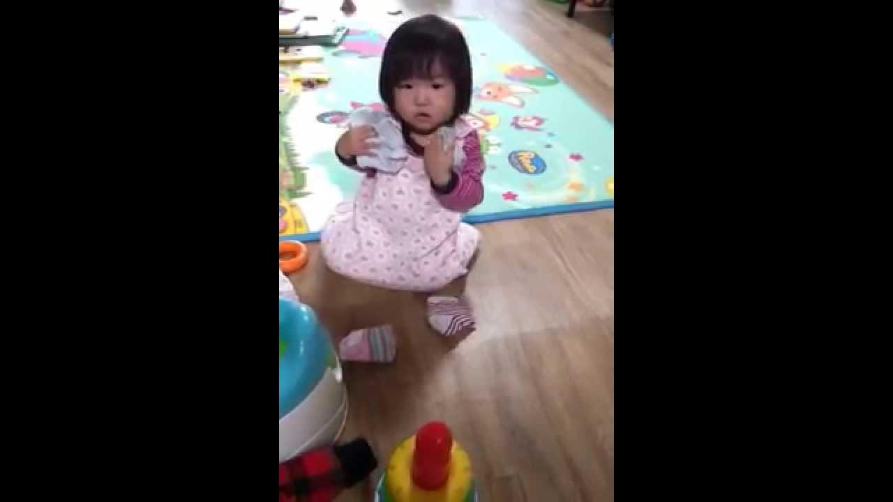 목으로 양말 줍는 건 어떻게 알았을까? (korean funny baby videos) - YouTubeKorean Toddler Youtube