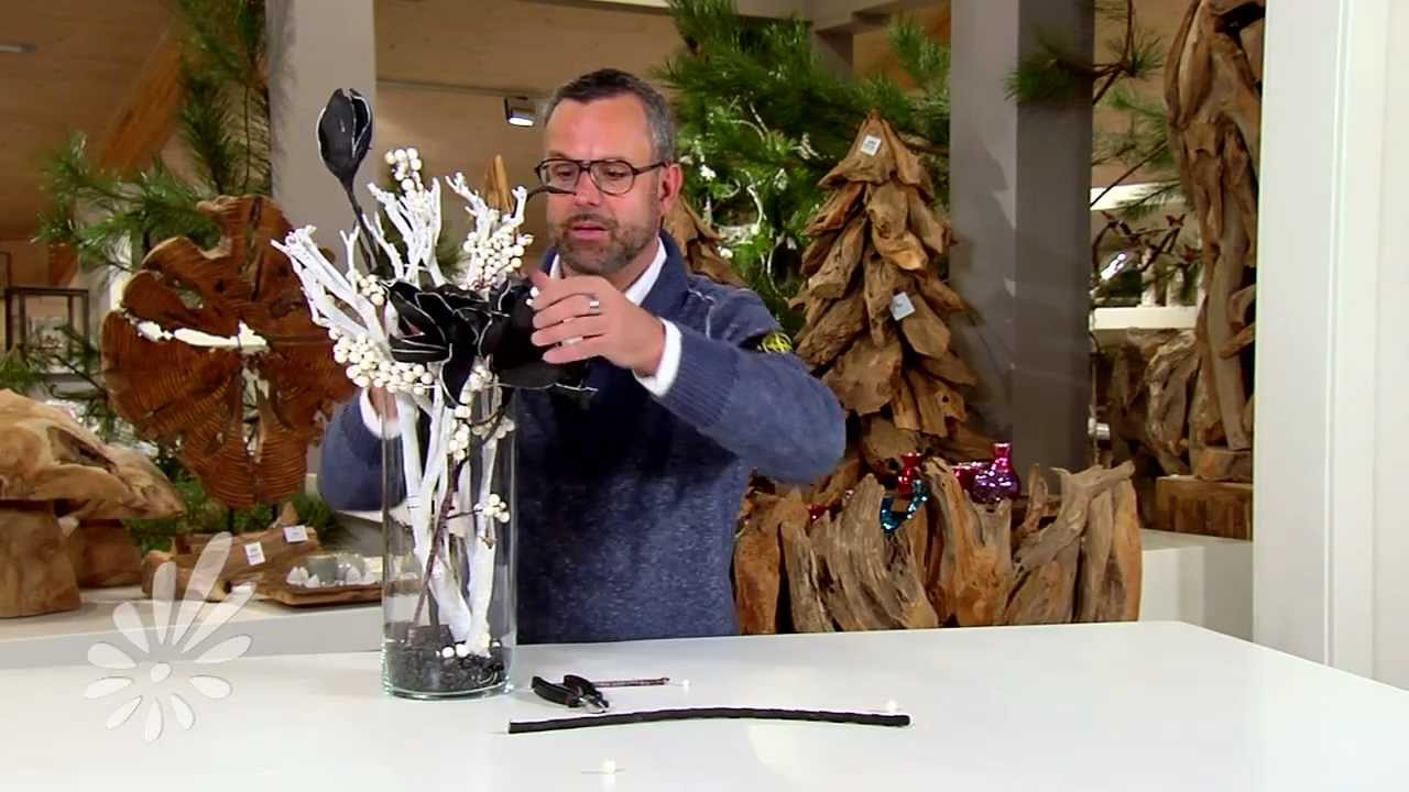 Eenvoudig een glasvaas opmaken met houten takken en foambloemen ...