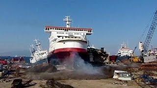 Un ferry se estrella a toda máquina contra la costa en Turquía