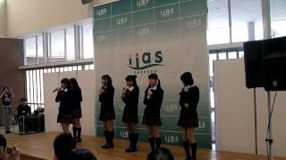 2014年1月25日、イーアス札幌 イーアスコート(Aタウン1F)にて開催されたミルクス『フリーライブ in イーアス ①』です。 1曲目前のMC.