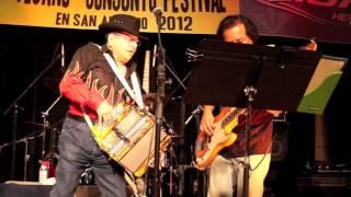 Mingo Saldivar y Los Cuatro Espadas performing  Chicas de las Trensas Largas