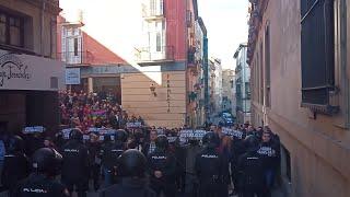 Cánticos cruzados entre la concentración de 'España Existe' y una manifestación antifascista