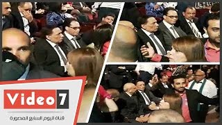 بالفيديو.. وصول الزعيم عادل إمام لمسرح