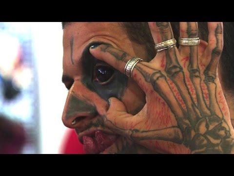 tattoo im auge bei k rperschmuck messe in rio youtube. Black Bedroom Furniture Sets. Home Design Ideas