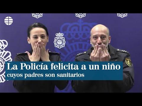 La Policía felicita el cumpleaños a un niño mientras sus padres trabajan en el hospital
